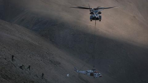 CH-53K lifts a MH-60S from the California White Mountains